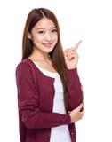 Mujer joven con el dedo para arriba Fotografía de archivo