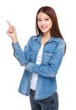 Mujer joven con el dedo para arriba Foto de archivo libre de regalías