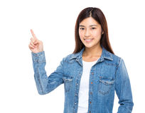 Mujer joven con el dedo para arriba Fotografía de archivo libre de regalías