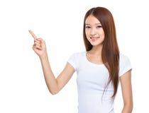 Mujer joven con el dedo para arriba Fotos de archivo libres de regalías