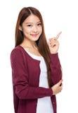 Mujer joven con el dedo para arriba Imagen de archivo