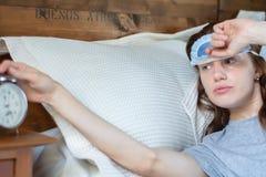 Mujer joven con el despertador imágenes de archivo libres de regalías