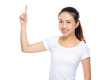 Mujer joven con el destacar del finger Foto de archivo