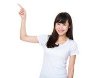 Mujer joven con el destacar del finger Foto de archivo libre de regalías