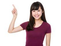 Mujer joven con el destacar del finger Fotografía de archivo libre de regalías