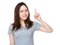 Mujer joven con el destacar del finger Imagen de archivo