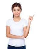 Mujer joven con el destacar del finger Imágenes de archivo libres de regalías