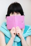 Mujer joven con el diario imagen de archivo libre de regalías