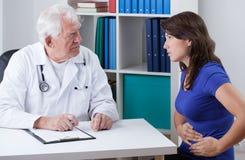 Mujer joven con el dolor de estómago Imágenes de archivo libres de regalías