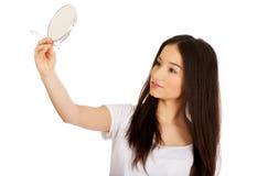 Mujer joven con el espejo Imagen de archivo libre de regalías