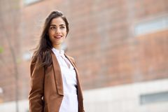 Mujer joven con el exterior derecho del pelo agradable del edificio de oficinas fotografía de archivo libre de regalías