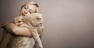 Mujer joven con el gato Fotografía de archivo libre de regalías