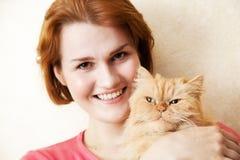 Mujer joven con el gato persa Foto de archivo libre de regalías