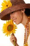 Mujer joven con el girasol imagen de archivo