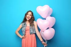 Mujer joven con el globo del corazón Fotografía de archivo