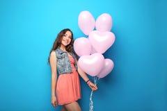 Mujer joven con el globo del corazón Fotografía de archivo libre de regalías