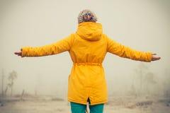 Mujer joven con el goce aumentado de las manos al aire libre Foto de archivo libre de regalías