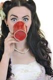 Mujer joven con el golpe rojo del café aislado Imagenes de archivo