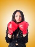 Mujer joven con el guante de boxeo Imagen de archivo