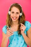 Mujer joven con el jugador MP3 Imágenes de archivo libres de regalías