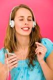 Mujer joven con el jugador MP3 Foto de archivo libre de regalías