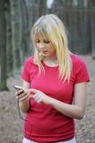 Mujer joven con el jugador mp3 Imagen de archivo libre de regalías