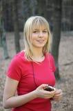 Mujer joven con el jugador mp3 Fotografía de archivo libre de regalías