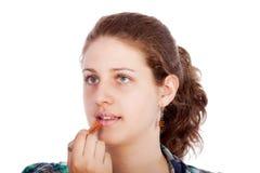 Mujer joven con el lápiz labial Foto de archivo libre de regalías