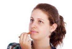Mujer joven con el lápiz labial Fotografía de archivo libre de regalías