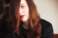 Mujer joven con el lápiz labial rojo Imágenes de archivo libres de regalías