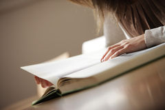 Mujer joven con el libro Foto de archivo