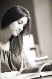 Mujer joven con el libro Fotografía de archivo