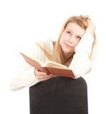 Mujer joven con el libro marrón Foto de archivo