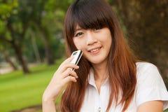 Mujer joven con el móvil Imagen de archivo libre de regalías
