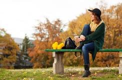 Mujer joven con el manojo de flores amarillas Imagen de archivo libre de regalías