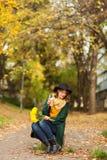 Mujer joven con el manojo de flores amarillas Foto de archivo libre de regalías