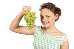 Mujer joven con el manojo de uvas Foto de archivo