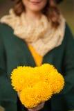 Mujer joven con el manojo de wildflowers Imagen de archivo