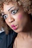 Mujer joven con el maquillaje del payaso que parece sorprendido Imagenes de archivo