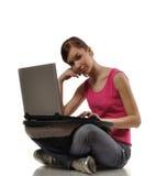 Mujer joven con el ordenador Fotografía de archivo libre de regalías
