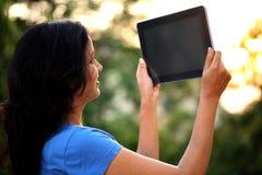 Mujer joven con el ordenador de la tablilla Fotos de archivo