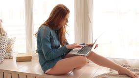 Mujer joven con el ordenador portátil metrajes
