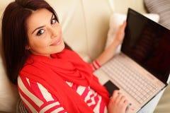 Mujer joven con el ordenador portátil Fotografía de archivo libre de regalías