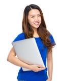 Mujer joven con el ordenador portátil Fotos de archivo