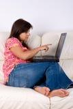 Mujer joven con el ordenador portátil Imagen de archivo libre de regalías