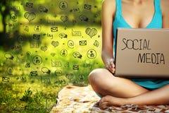 Mujer joven con el ordenador portátil en el parque de la hierba verde, infographic Fotografía de archivo libre de regalías
