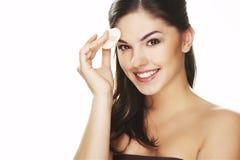 Mujer joven con el pétalo cosmético Fotografía de archivo