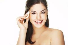 Mujer joven con el pétalo cosmético imagen de archivo libre de regalías