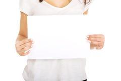 Mujer joven con el papel en blanco Fotos de archivo libres de regalías