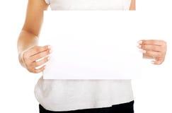 Mujer joven con el papel en blanco Fotografía de archivo